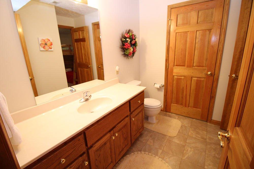 Norris Lake Cabin Rentals | Harmony Hill Lakeside Cabin Bathroom | Norris Lake Villas