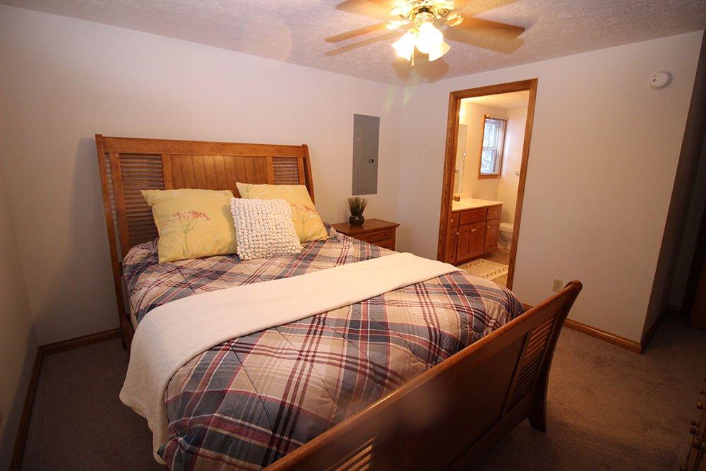 Norris Lake Cabin Rentals | Harmony Hill Lakeside Cabin Bed Room | Norris Lake Villas