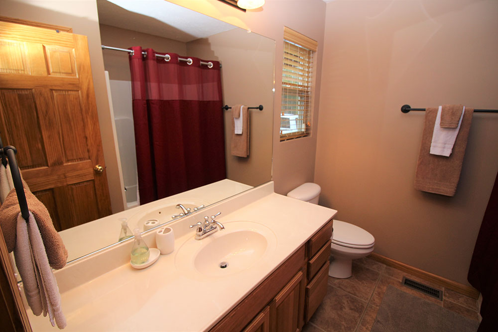 Norris Lake Cabin Rentals | Blue Water Lodge Lakeside Cabin Bathroom | Norris Lake Villas