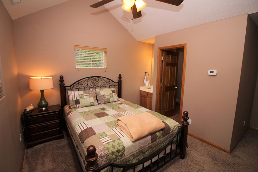 Norris Lake Cabin Rentals | Blue Water Lodge Lakeside Cabin Bedroom | Norris Lake Villas