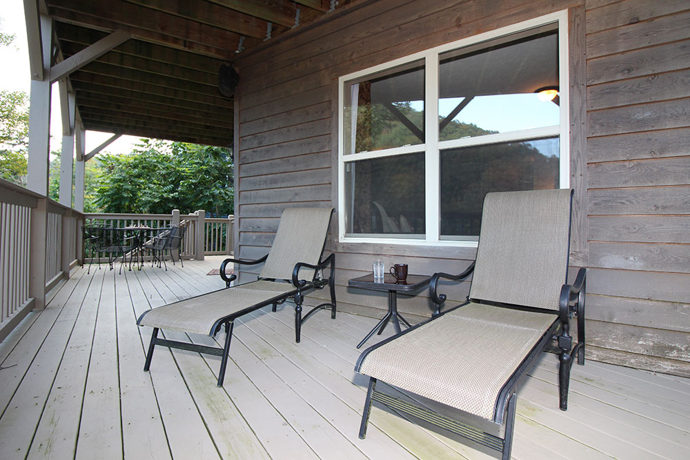 Norris Lake Cabin Rentals | Blue Water Lodge Lakeside Cabin Deck | Norris Lake Villas