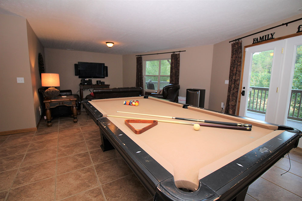Norris Lake Cabin Rentals | Blue Water Lodge Lakeside Cabin Entertainment Room | Norris Lake Villas