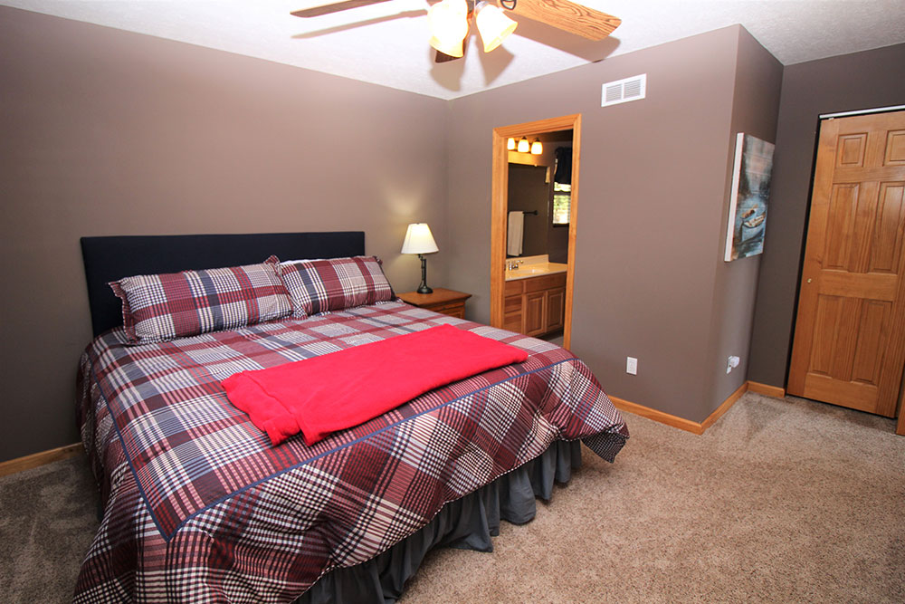Norris Lake Cabin Rentals | Wildwood Lakeside Cabin Bedroom | Norris Lake Villas