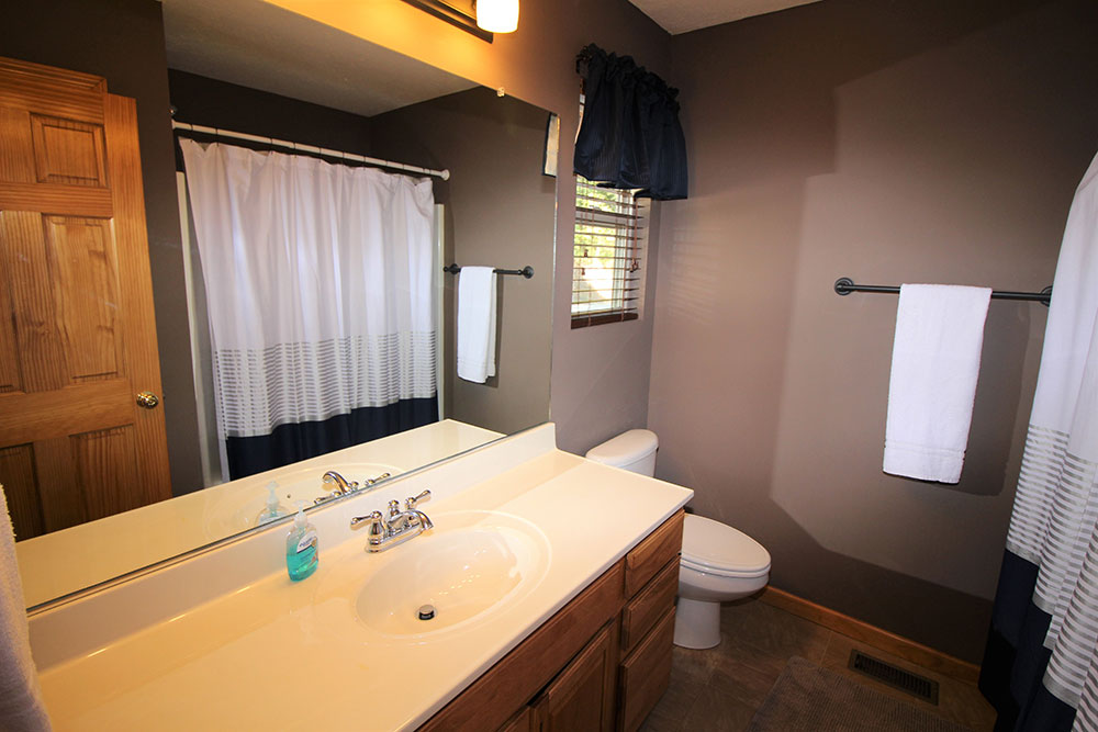 Norris Lake Cabin Rentals | Wildwood Lakeside Cabin Bathroom | Norris Lake Villas