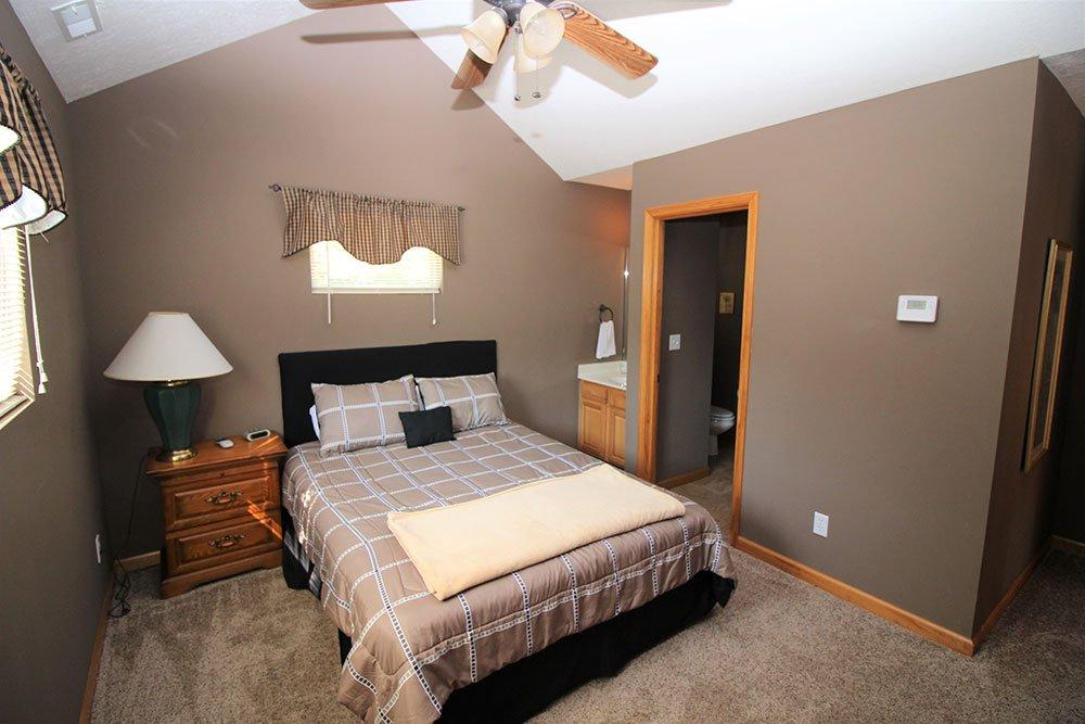 Norris Lake Cabin Rentals | Wildwood Lakeside Cabin Bedroom | Norris Lake Villas