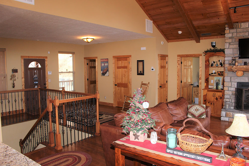 Norris Lake Cabin Rentals | Happy House Lakeside Cabin Great Room | Norris Lake Villas