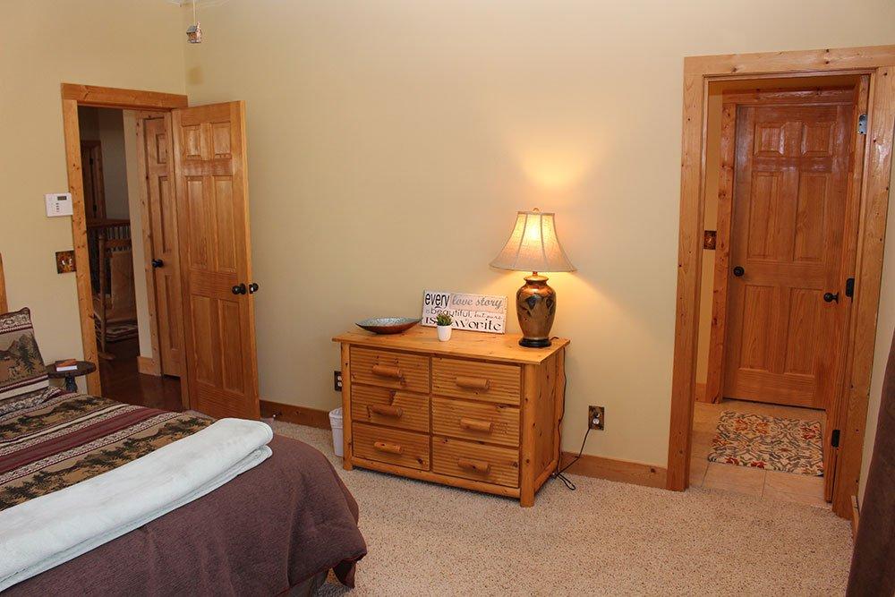 Norris Lake Cabin Rentals   Happy House Lakeside Cabin Bed Room   Norris Lake Villas
