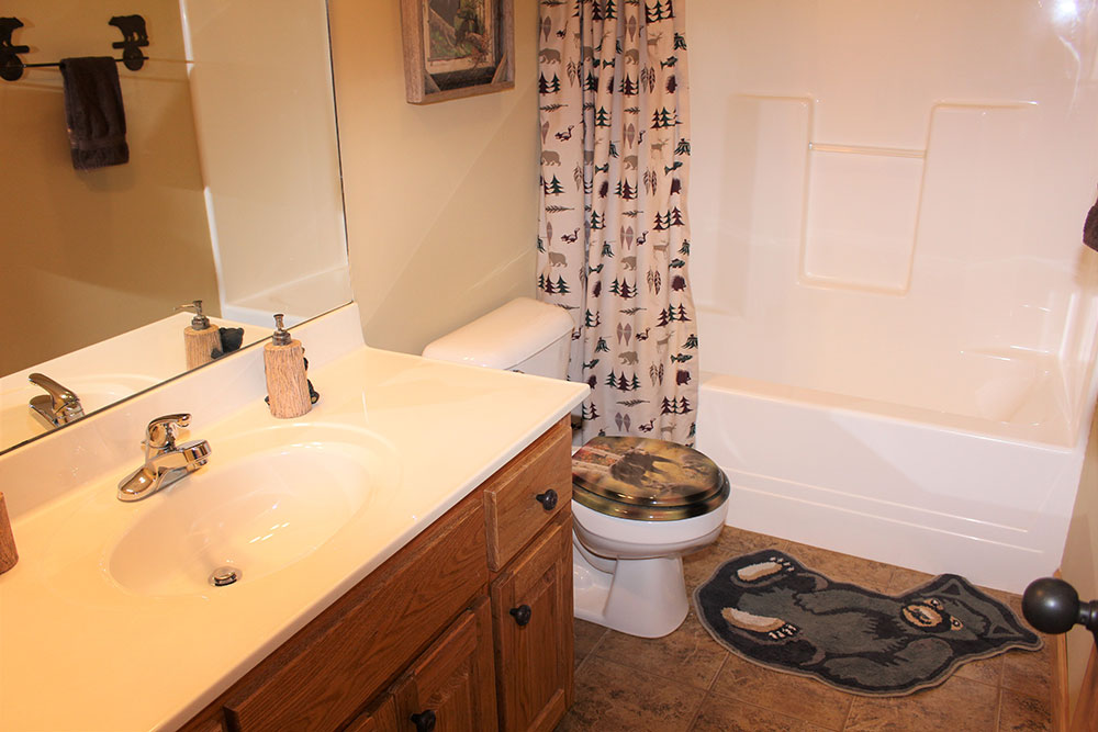 Norris Lake Cabin Rentals | Happy House Lakeside Cabin Bath Room | Norris Lake Villas