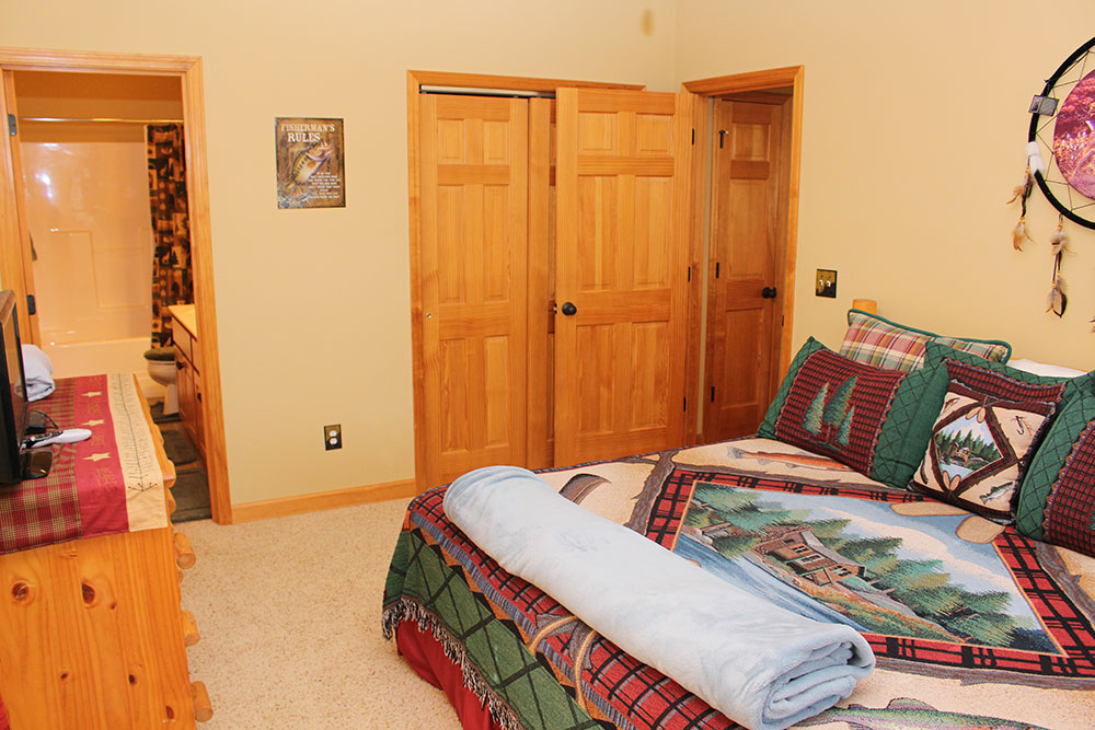 Norris Lake Cabin Rentals | Happy House Lakeside Cabin Bedroom | Norris Lake Villas
