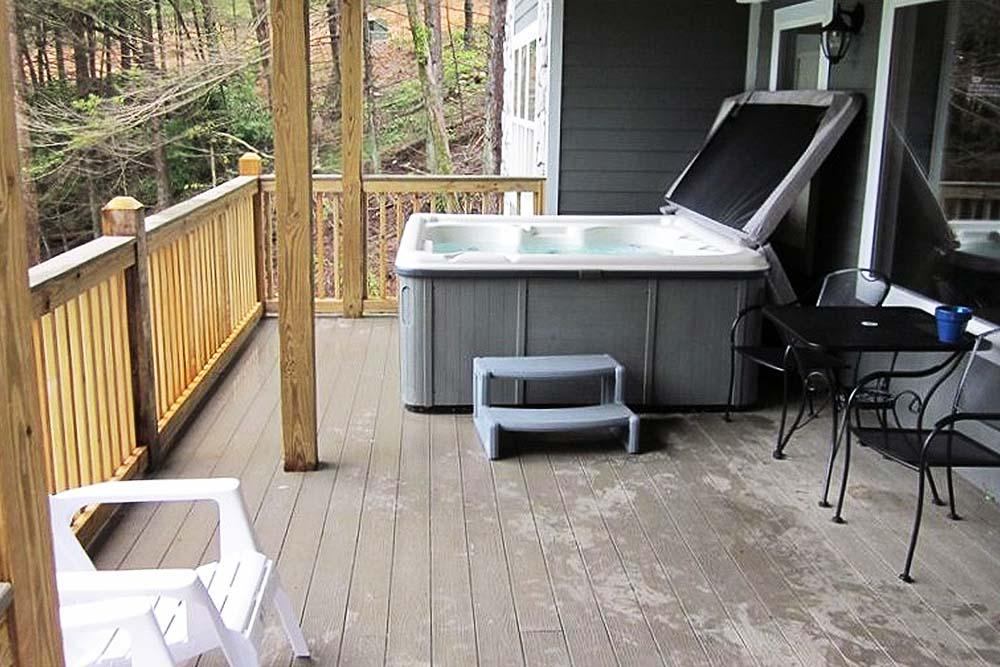 Norris Lake Villas | Norris Lake Cabin Rentals | Big Dipper Lakeside Cabin Hot Tub