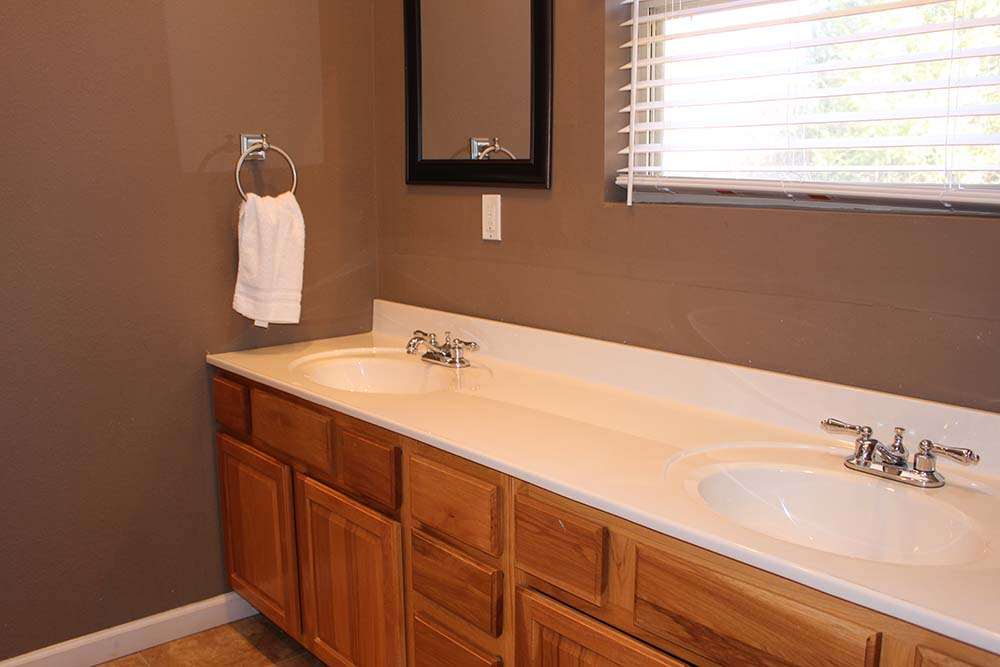Norris Lake Villas | Norris Lake Cabin Rentals | Cedar Cove Lakeside Cabin Bathroom