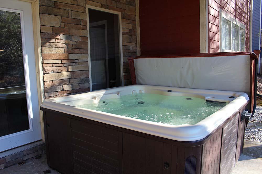 Norris Lake Villas | Norris Lake Cabin Rentals | Cedar Cove Lakeside Cabin Hot Tub