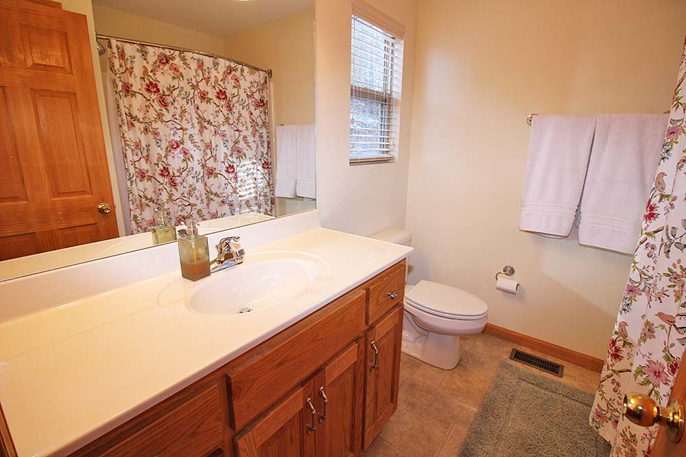 Norris Lake Villas | Norris Lake Cabin Rentals | Jolly Mon Lakeside Cabin Bathroom