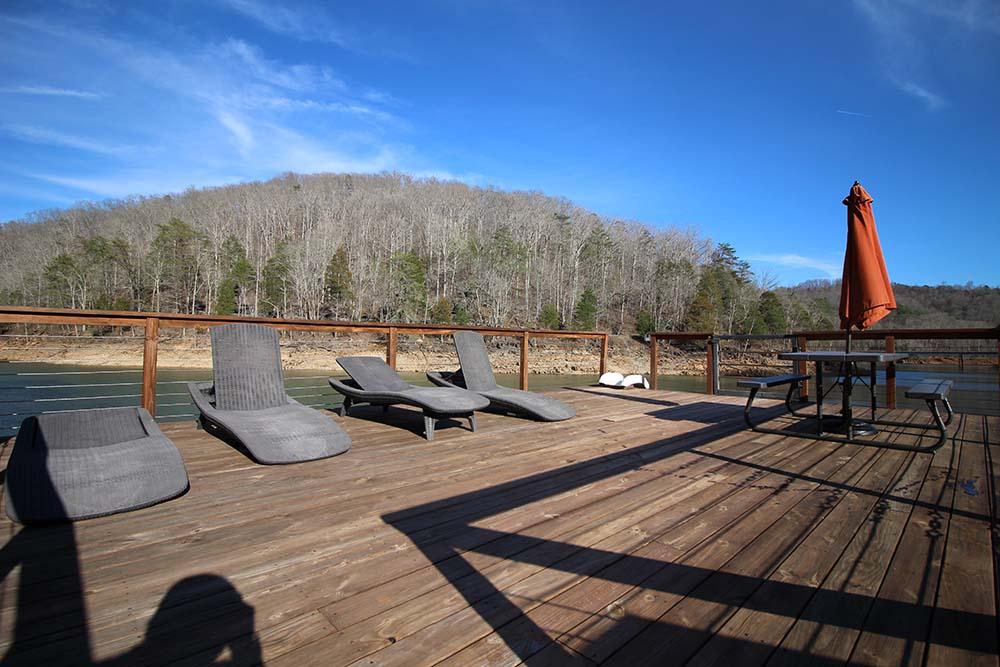 Norris Lake Cabin Rentals | Knopp's Landing Lakeside Cabin Deck | Norris Lake Villas